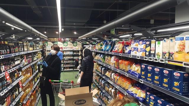 Заполненные полки тбилисского гипермаркета