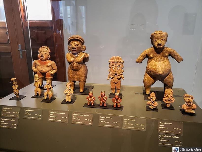 Objetos da cultura pré-colombiana no Museu Chileno de Arte Pré-colombiana em Santiago