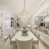Sala de jantar toda branca com decor clássico e cristaleira!