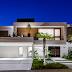 Fachada de casa contemporânea branca com esquadrias de alumínio amadeiradas!