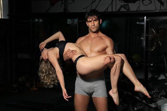 """1. Frage: Bin ich sexsüchtig?    Antwort: Es gibt eine Reihe von roten Fahnen, die auf eine Sexsucht hinweisen können. Eine Person, die sexuelle Aktivitäten nutzt, sei es Geschlechtsverkehr, Pornografie, Telefonsex, Chatrooms, Prostitution oder Masturbation als betäubendes Mittel, um zu verhindern, dass sie sich schlecht fühlen, kann eine Sexsucht haben. Andere Indikatoren, die das sexuelle Verhalten verursacht, sind, dass der Ehepartner sich über sein Verhalten aufregt oder sich wegen der Bezahlung von Telefonsex-Linien oder Internet-Pornografieseiten verschuldet hat. Über 10 Stunden pro Woche übermäßig viel Zeit damit verbringen, Pornografie anzusehen Eine weitere rote Fahne ist eine weitere rote Fahne, da dieses sexuelle Verhalten die Zeit mit Freunden, der Familie oder der Arbeit beeinträchtigt.    Ein weiterer Schlüsselfaktor ist, dass der Süchtige versucht hat, sich nicht mehr sexuell zu verhalten, aber gescheitert ist. Wenn all diese Dinge zusammenkommen, ist es Zeit, einen Fachmann nach Hilfe zu fragen.    2. Frage: Kann ich geheilt werden?    Antwort: Viele Sexsüchtige haben berichtet, dass sie ihr sexuelles Verhalten durch eine von verschiedenen Behandlungsmethoden unter Kontrolle bringen können. Einige besuchen intensive Reha-Einrichtungen; andere gehen zu Therapiesitzungen, nehmen an 12-Stufen-Meetings teil oder verwenden Medikamente und eine Vielzahl anderer Techniken, um ihr sexuelles Verhalten zu kontrollieren. Dies kann die Suche nach einer vertrauenswürdigen Person als """"Verantwortlichkeitspartner"""" umfassen. Oder für Pornografiesüchtige kann dies die Verwendung von Pornografie bedeuten, die Computerprogramme blockiert.    3. Frage: Bedeutet Heilung, dass ich Sex aufgebe?    Antwort: Nein. Im Gegensatz zu chemischen Abhängigkeiten im Zusammenhang mit Alkohol oder Drogen wird Sex als gesunder Aspekt des Lebens anerkannt. Die Behandlung der Sexsucht ist zwar mit einer Abstinenz verbunden, versucht jedoch, schädliche und unerwünschte störende sexuelle Ak"""