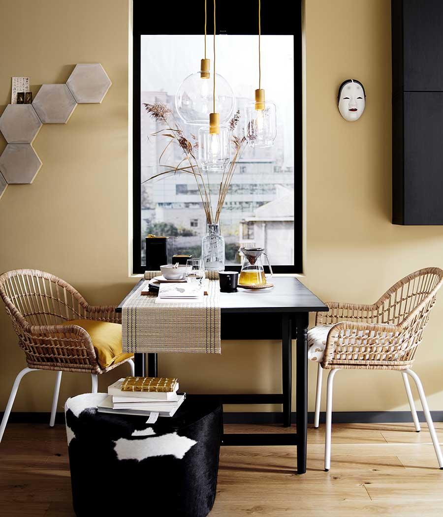 Novedades catálogo Ikea 2020 comedor mesa negra con sillas de mimbre