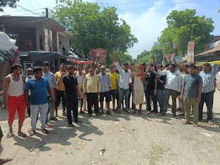 बिजली आपूर्ति और ट्रांसफार्मर को  बार-बार जलने को लेकर बाजार वासियों ने किया प्रदर्शन    #NayaSaberaNetwork