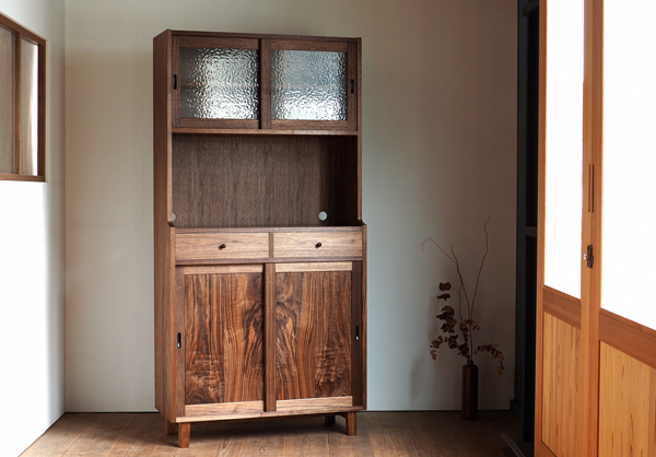 ウォルナット無垢の木の食器棚