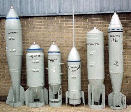 Vários modelos de bombas FAB-500 e FAB-250