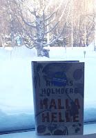 Halla Helle - kirja ikkunalaudalla, taustalla luminen pihamaisema