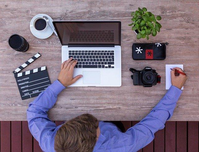 pria dengan santai bekerja didepan komputer