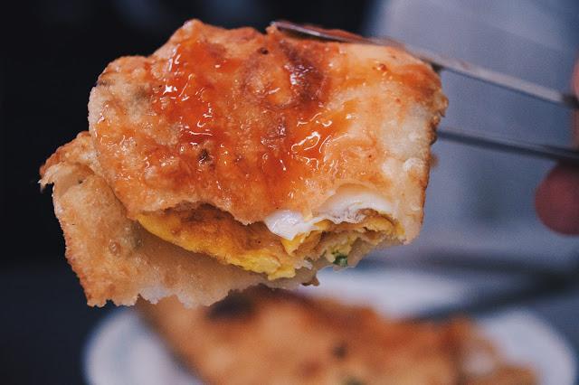 餅皮厚實,口感微酥,瞧見旁邊有甜辣醬,便在上面來回刷了一些。