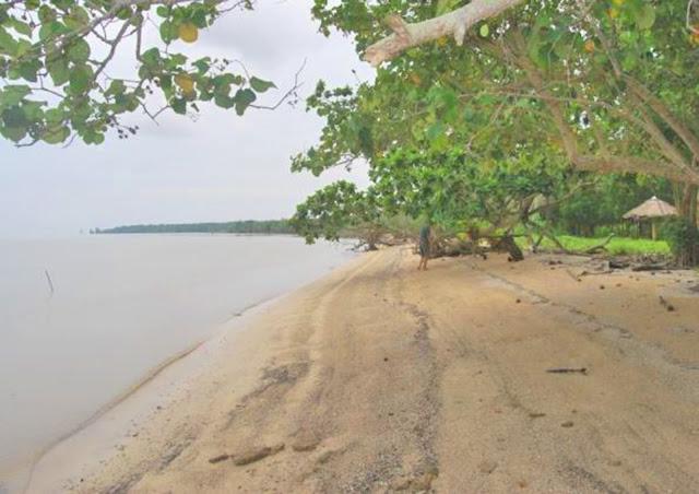 "Pantai Solop banyak dikelilingi pohon Bakau (Mangrove) yang berpadu dengan pasir putih pantai yang terbentuk dari pecahan kulit hewan dan tumbuhan laut, membuat pemandangan dan suasana pantai Solop menjadi suatu yang menyajikan keindahan alam. Disanggah oleh hutan Mangrove seluas 40 Km2 dan merupakan Hutan Bakau terindah di Indonesia, membuat Pantai Solop menjadi objek wisata unggulan ""Dondang Tandak"" yang selalu dipenuhi oleh pengunjung.   Lokasi pantai Solop terletak di Pulau Cawan yang perairannya setiap hari dilalui oleh kapal fery dari dan ke tujuan Pulau Batam, dapat dicapai dalam waktu 20 menit memakai Spead Boat arah selatan Kota Mandah, sedangkan perjalanan dari Tembilahan ke lokasi Pantai Solop ditempuh selama 90 menit."