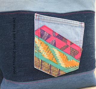 Sac à main Cabas en jeans recyclés montés façon patchwork horizontalement , sac semi-rigide, surpiqures roses , tissu ethnique en extérieur et par petites touches, poche en jeans utilisable appliquée à l'extérieur avec rappel du tissu ethnique, intérieur coton violet, deux poches à soufflet intérieurs en jeans et biais rose, anses en jeans et cuir noir véritable rivetées mains, se ferme à l'aide d'un aimant. Dimensions : 32 x 26 x 15 cm, anse : 60 cm.