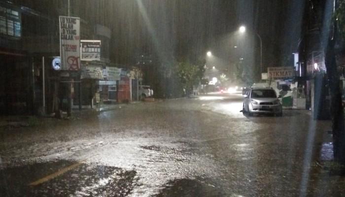 Hujan Deras, Sejumlah Ruas Jalan di Sinjai 'Dikepung Air'