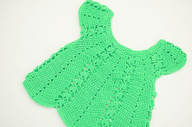 6 - Vestido de verano con puntada de fresas a crochet y ganchillo