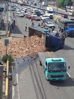 Se vuelca camión cargado de caliche tras impactar una camioneta en el kilómetro 9 de la autopista Duarte