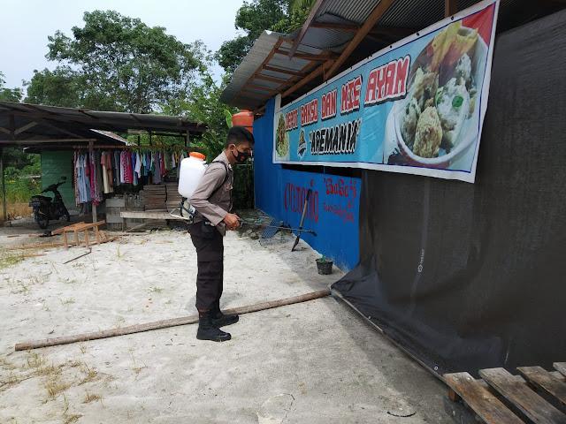 Lagi, Personel Polsek Banama Tingang Datangi Rumah Masyarakat Untuk Berikan Penyemprotkan Cairan Desinfektan