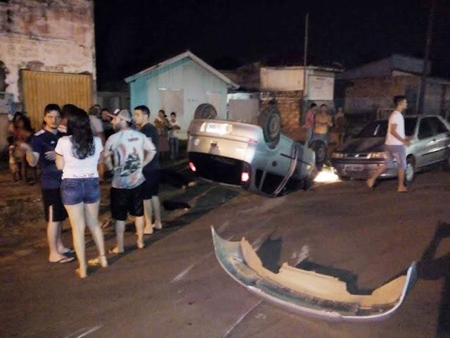 Motorista perde controle, atinge veículos estacionados e capota no centro