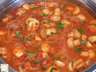 Tocanita de ceapa cu ciuperci si ardei de post reteta de casa gatita la tigaie cu bulion si betivita cu vin retete culinare mancare cu legume si sos,