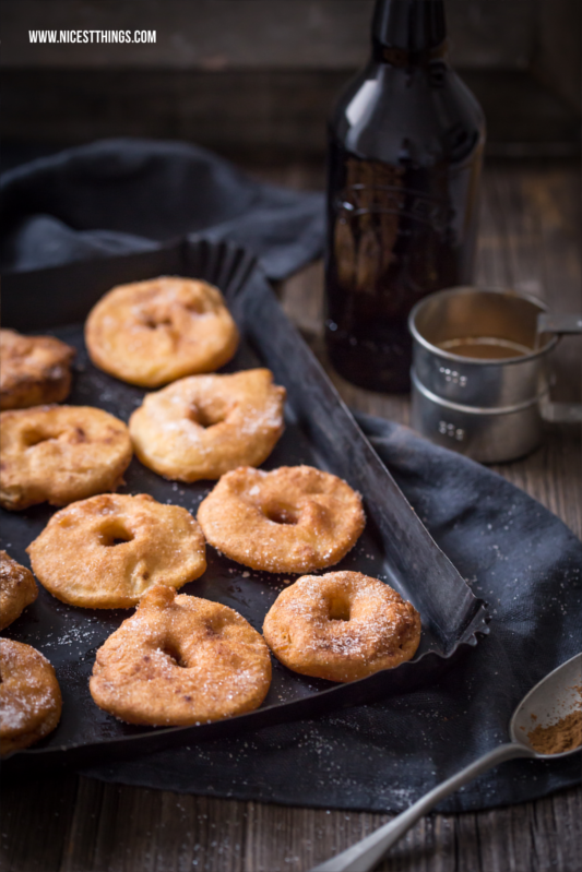 frittierte Apfelringe mit Zimt und Zucker