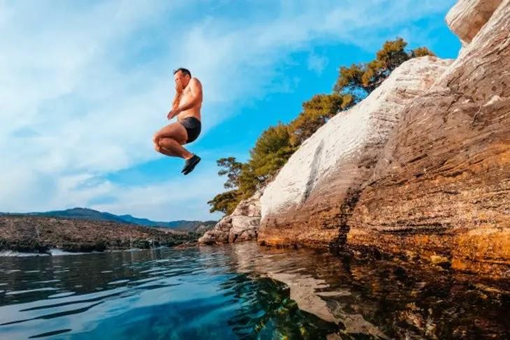 Homem pulando na água