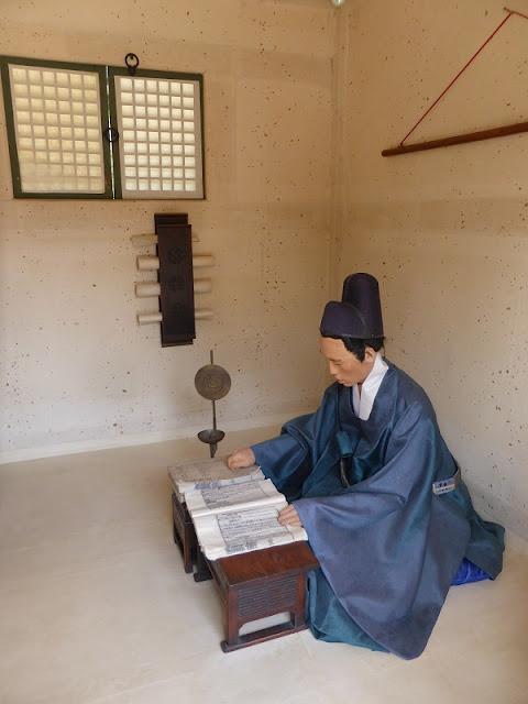 Oficial de Palacio leyendo