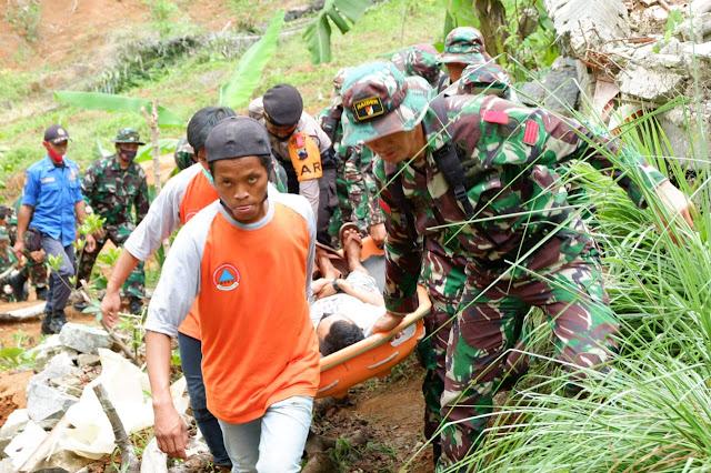Simulasi: TNI Selamatkan Korban Tanah Longsor