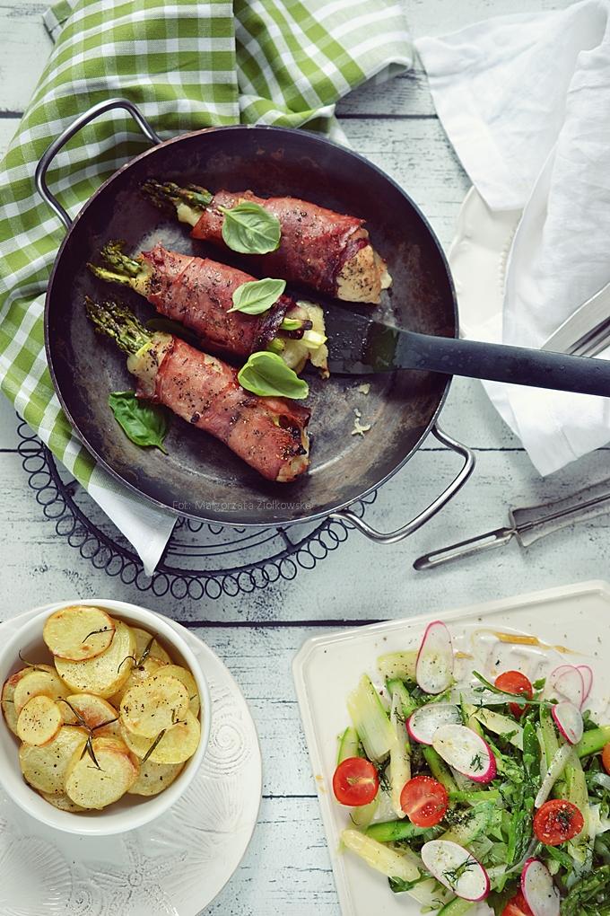 Roladki wieprzowe z zielonymi szparagami, mozzarellą i suszonym pomidorem