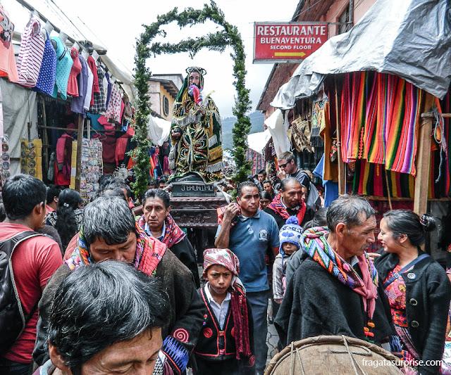Procissão de uma irmandade religiosa no Mercado de Chichicastenango, Guatemala