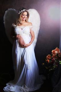 Gestante com asas de anjo