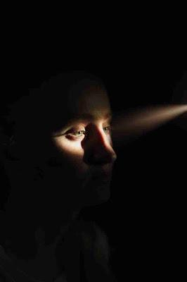 Digital eye strain by Smartphone, Smartphone in dim light