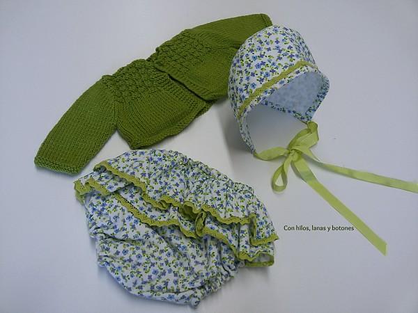 Con hilos, lanas y botones: conjunto de vestido, capota, braguita y chaqueta para niña