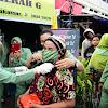 Sasar Pasar Butung dan Pasar Terong, Ketua Persit KCK Daerah XIV/Hasanuddin Bagi-Bagi Masker