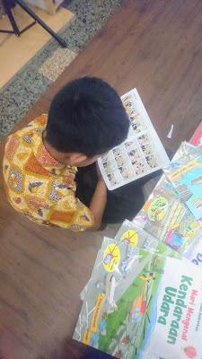 memilih buku untuk anak