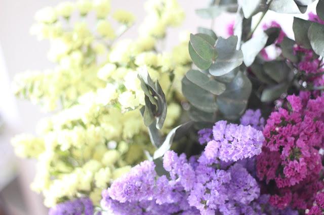decorar-siemprevivas-flores-en-cesto-yute-hmhome