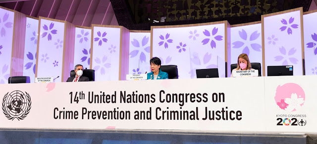 La presidenta del 14º Congreso de la ONU sobre Prevención del Delito y Justicia Penal, la ministra japonesa de Justicia, Yoko Kamikawa (centro), clausura el evento celebrado en la ciudad japonesa de Kioto.ONU Japón/Yuki Kato