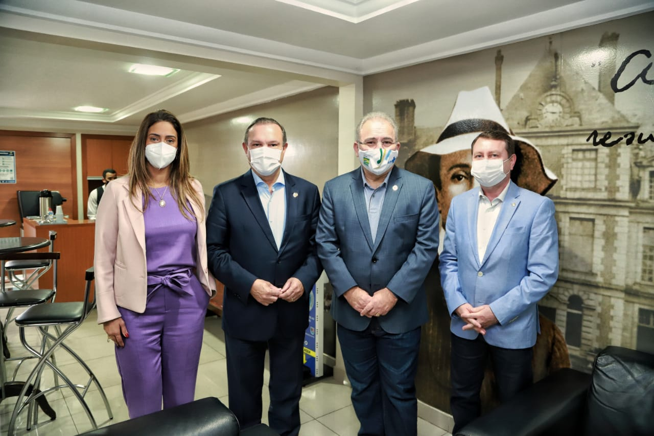 Ministra Flávia Arruda e ministro Marcelo Queiroga conhecem fábrica veterinária que pode produzir vacinas contra a COVID-19