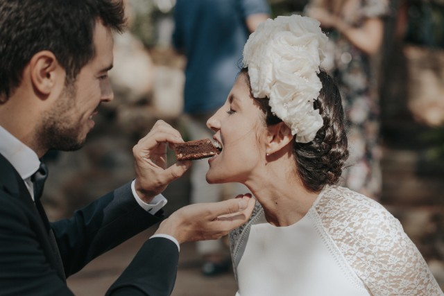 boda masía girona vestido novia corona flores blog atodoconfetti