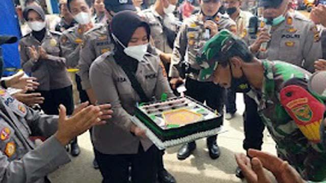 Kapolres Muarojambi Bersama Warga Sengeti Berikan Ucapan HUT TNI ke - 76