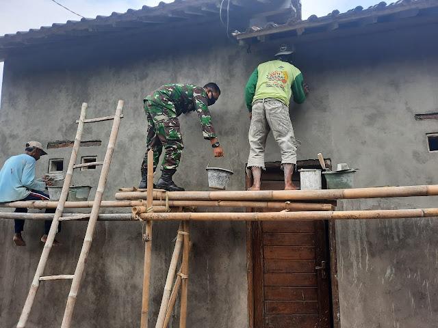 Babinsa Koramil 23/Ceper Bantu Rehab Rumah Masyarakat