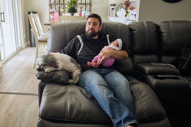 Крис Гарсия и его дочь дома в Лемуре, Калифорния.