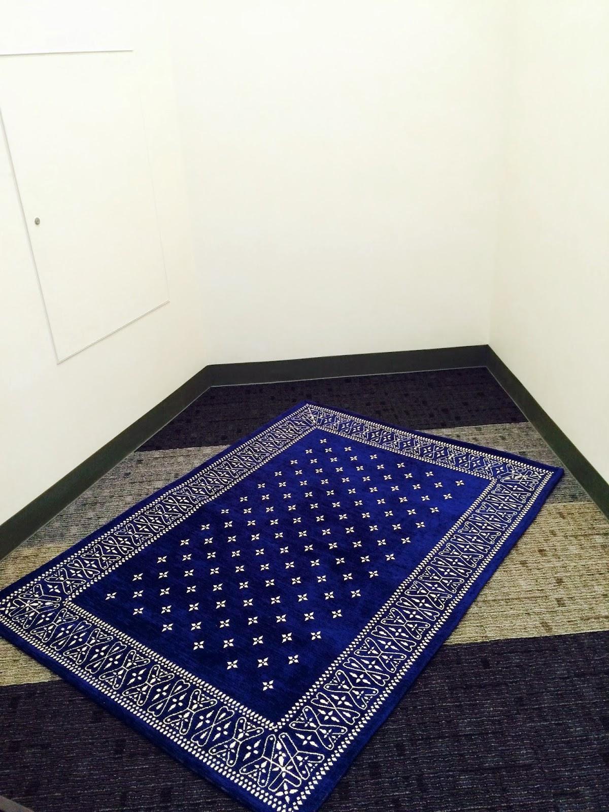 大阪駅の祈祷室にあるお祈り用ブルー絨毯