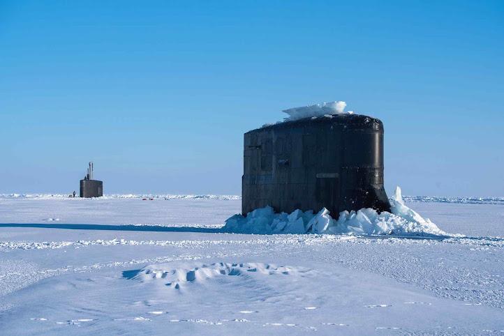 Tudo como dantes no quartel d'Abrantes, submarinos americanos e britânicos emergem perfurando o gelo no Polo Norte, como sempre