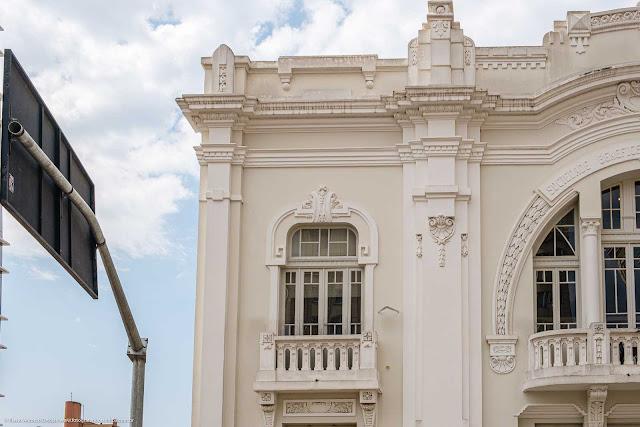 Detalhes da fachada da antiga Sociedade Beneficente dos Operários Batel