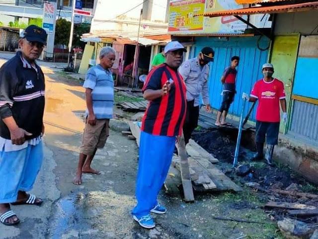 Bhabinkamtibmas dan Babinsa Kelurahan Tanjung Ria Kerja Bakti Bersama Warganya