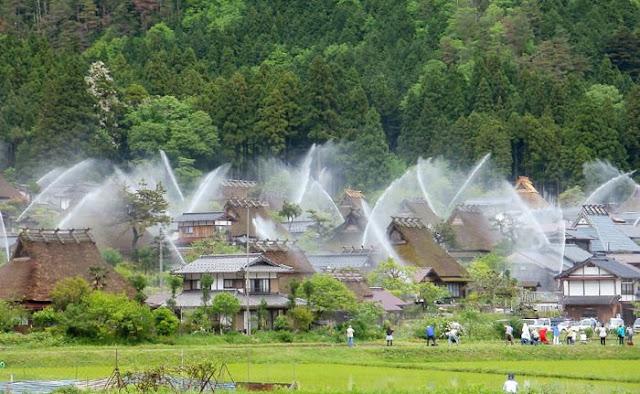 Sistem Sprinkler Tersembunyi Ini Mengubah Seluruh Dusun di Jepang Menjadi Air Mancur!