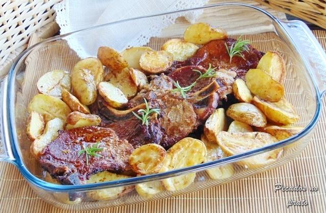 Costeletas de porco no forno com batatas