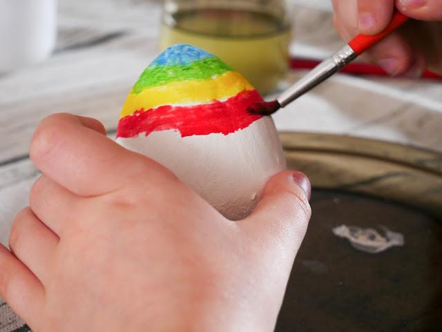 Kiedy jajko już wyschło, można jepomalować. Przepięknie wygląda w kolorowe pasy.