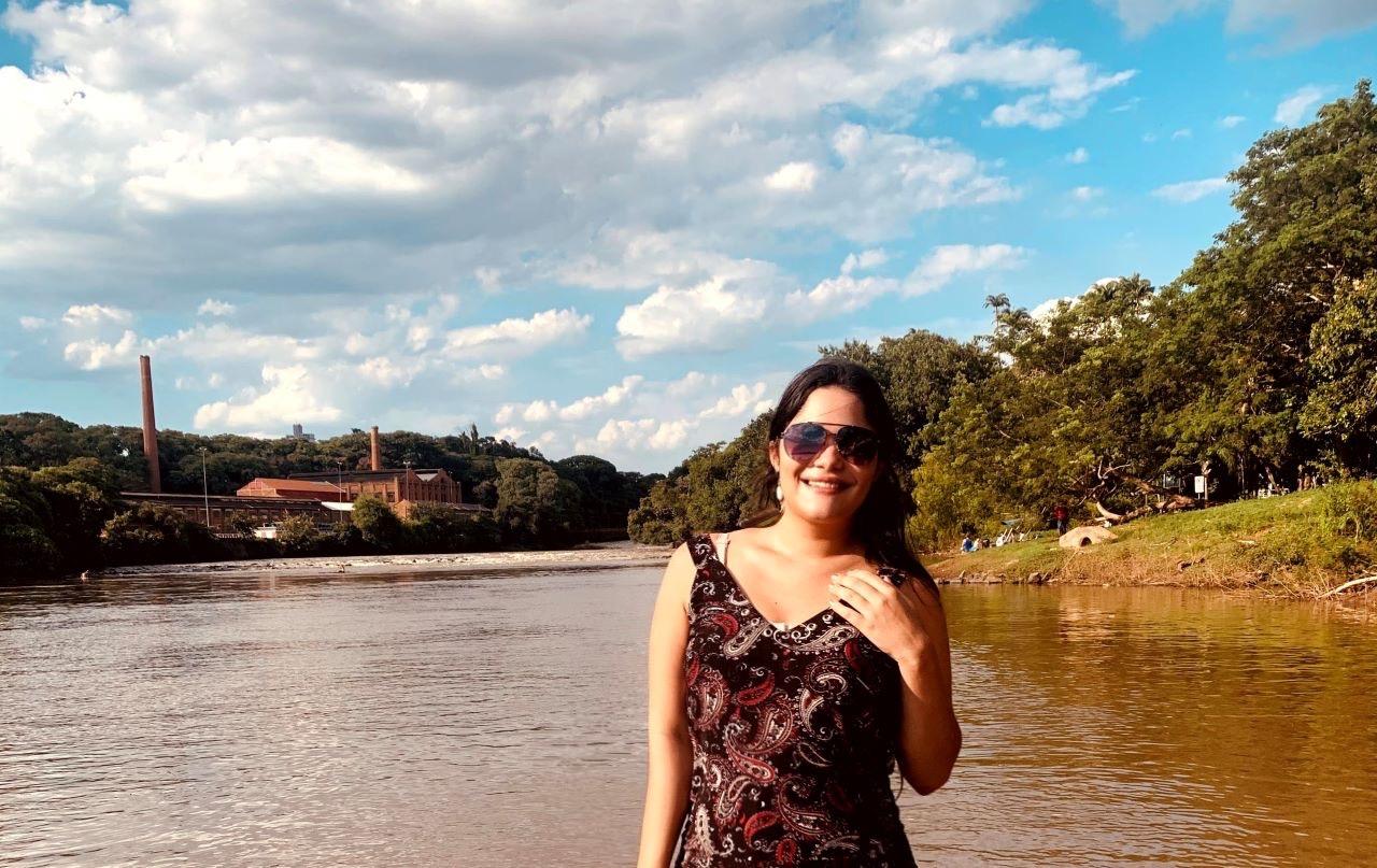 mulher jovem, rio e mata nativa em piracicaba