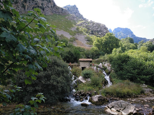 Cascada en el rio Cares antes de entrar en la Garganta
