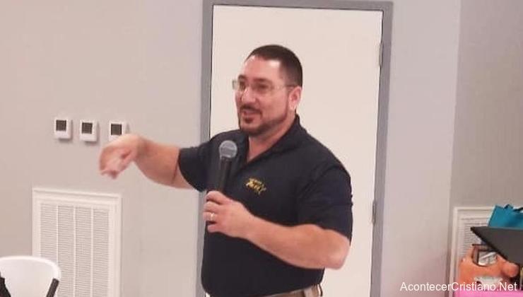 Jefe de Policía evangeliza presos en comisaría