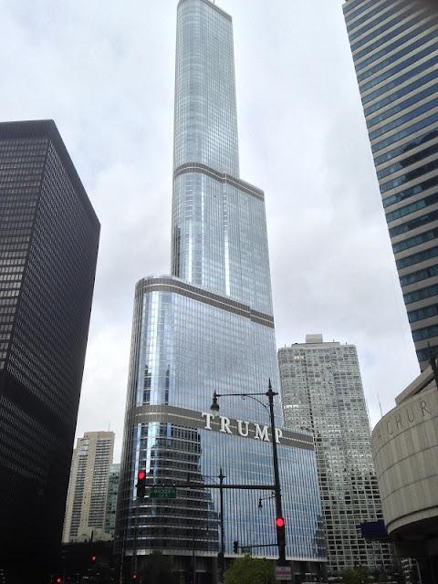 Blick auf den Trump Tower in Chicago vom Wasser aus