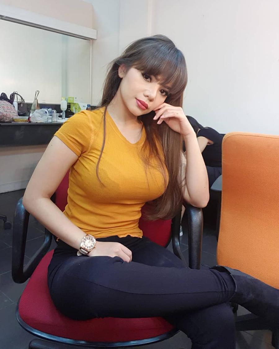 Dinar Candy - DJ Youtuber manis dan seksi Youtuber seksi baju kuning dan hot